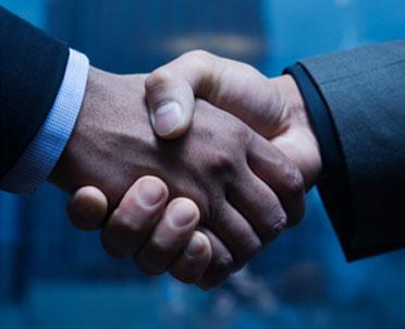 articleImage: Jakie są różnice między mediacją, negocjacją, arbitrażem i nakłanianiem do ugody przez sąd?