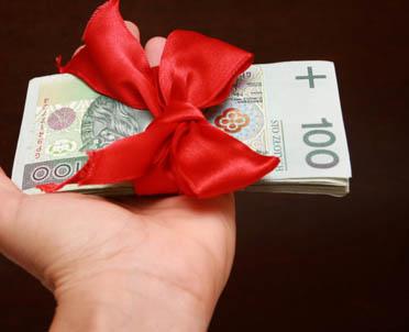 articleImage: W rocznym rozliczeniu PIT możemy uwzględnić darowiznę na organizację dobroczynną i 1 proc. podatku