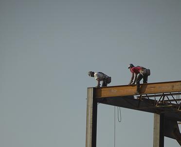 articleImage: Organizując pracę na wysokości, pracodawca wybierze odpowiedni sprzęt roboczy