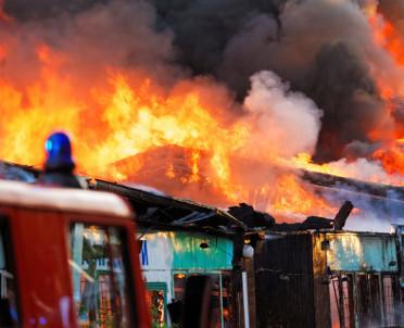 articleImage: Nowa Dęba: trzy osoby ranne w pożarze magazynu
