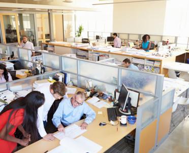 articleImage: W pomieszczeniach biurowych należy zapewnić pracownikom odpowiednią powierzchnię stanowiska pracy