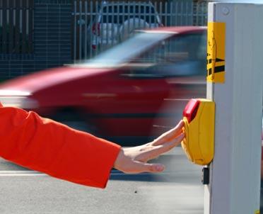 articleImage: SA: nieostrożne przechodzenie przez jezdnię oznacza przyczynienie się do wypadku