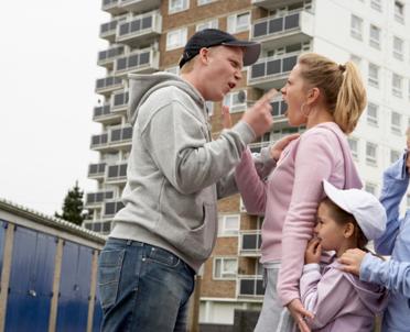 articleImage: Analiza: brak edukacji pogłębia problem przemocy w rodzinie